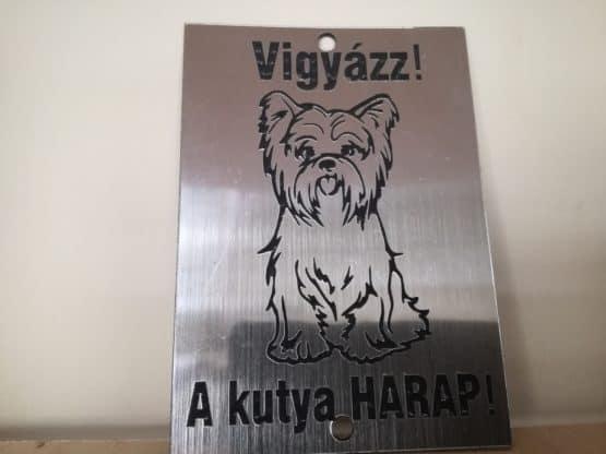 Vigyázz a kutya....-információs tábla