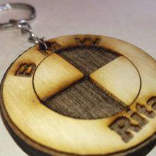 BMW-autós-kulcstartó-egyedi- név-plexi-wood